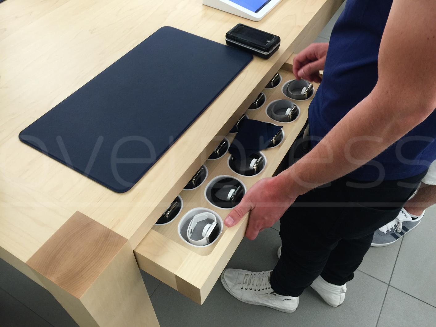 Le immagini dell'Apple Store di Roma Est questa mattina allestito per ospitare l'orologio Apple