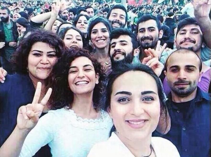 Alcuni dei giovani di questa foto sono rimasti uccisi nell'attentato di Suruc, in Turchia.