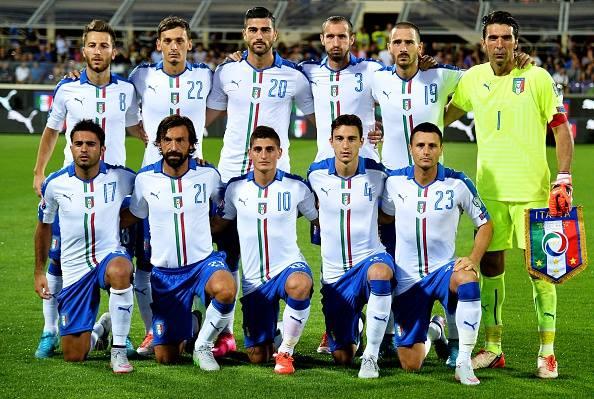 Gli 11 schierati da Conte al calcio d'inizio.