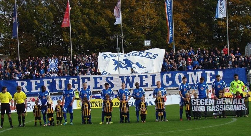 Striscione pro rifugiati nel campionato di terza serie tedesca