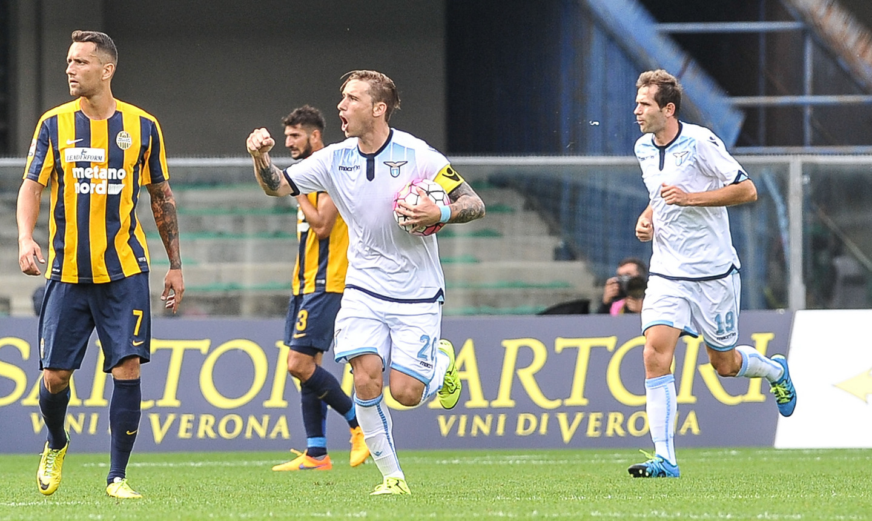 L'esultanza di Biglia dopo il pareggio della Lazio.