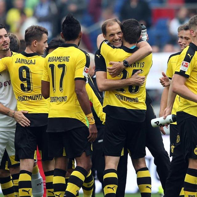 Tuchel festeggia la quarta vittoria con i suoi giocatori.