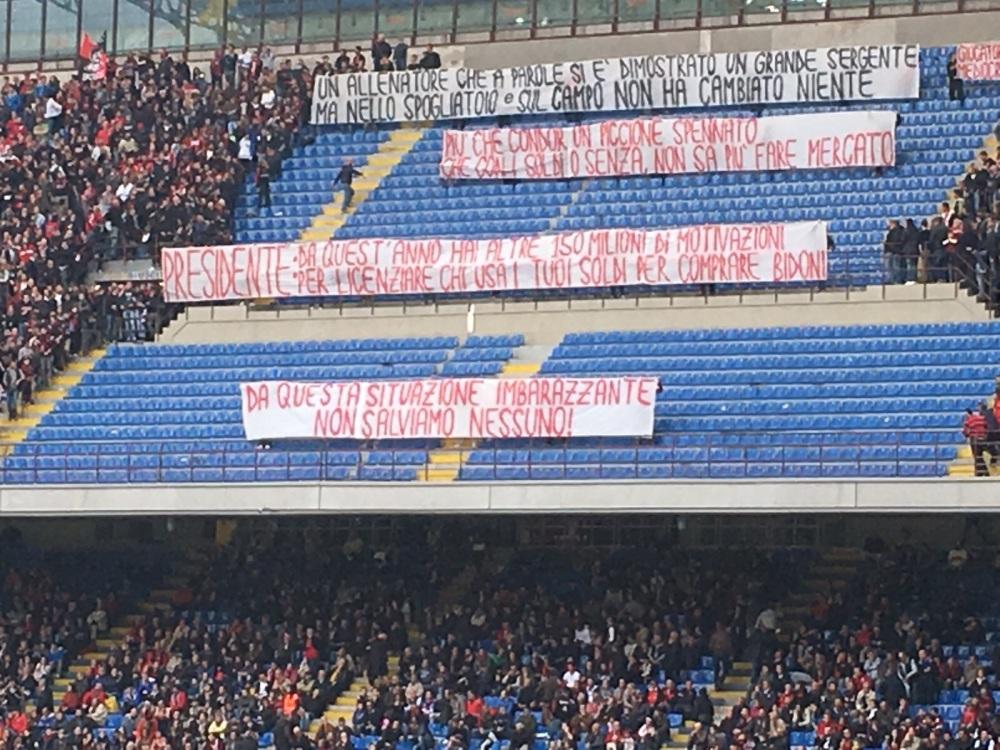 Gli eloquenti striscioni esposti dai tifosi rossoneri a San Siro.