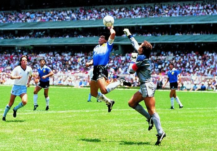 Maradona in gol con la celebre Mano de Dios.