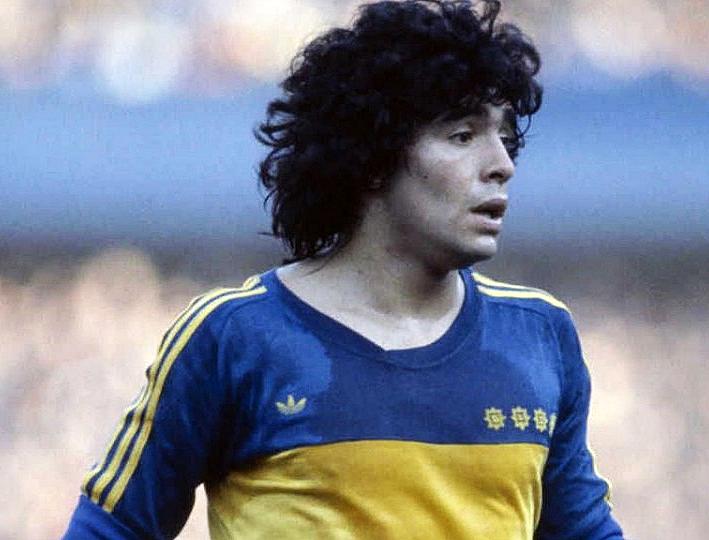 Un giovane Maradona con la maglia del Boca Juniors.
