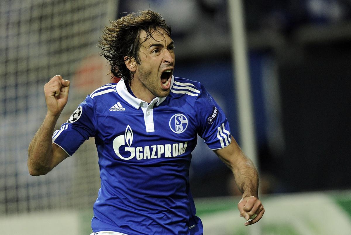 Raul durante la sua militanza allo Schalke 04.