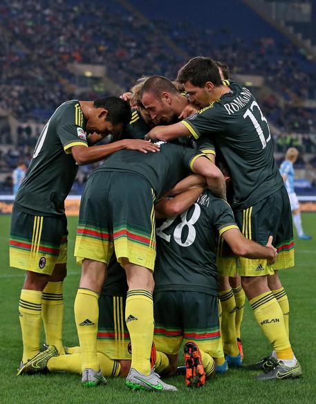 I giocatori del Milan festeggiano la vittoria contro la Lazio.