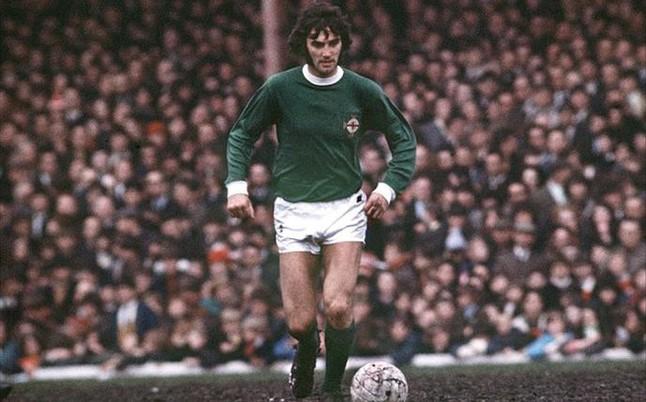 George Best con la maglia dell'Irlanda del Nord.