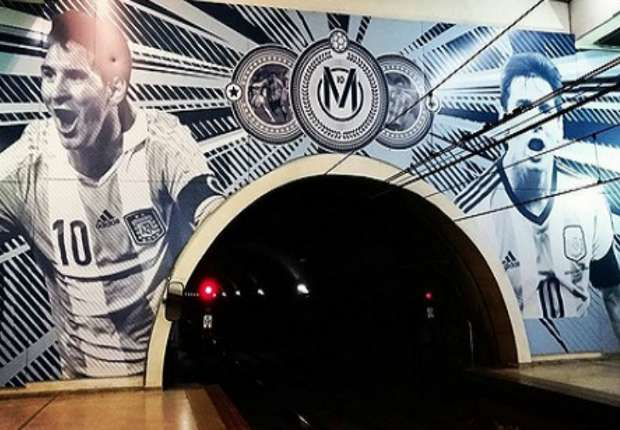 L'arco della galleria della stazione Josè Hernandez con le raffigurazioni di Messi.