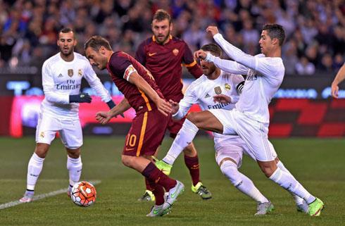 Totti e Ronaldo, simboli di Roma e Real Madrid.