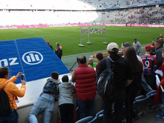 Il tecnico Schubert saluta i tifosi prima dell'inizio del match.
