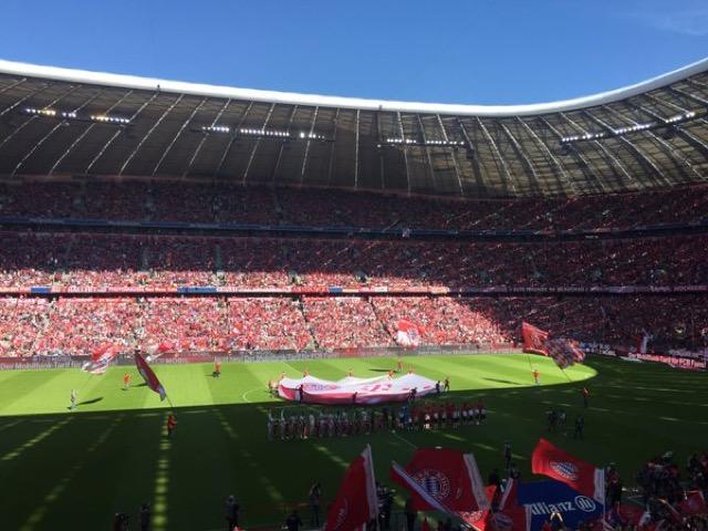 L'entrata delle squadre in campo, atmosfera da brividi a Monaco.
