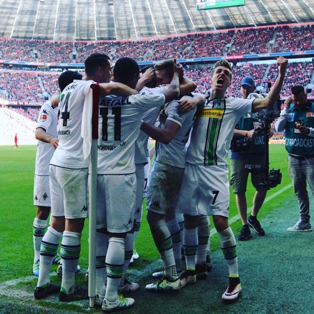 L'esultanza dei giocatori del Borussia dopo il pareggio realizzato da Hahn.