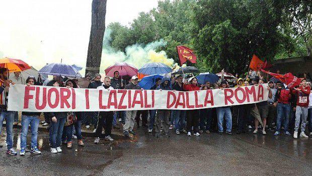 Lo striscione dei tifosi dopo la sconfitta in Coppa Italia contro la Lazio.