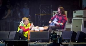 Foo Fighters rompe gamba